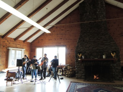 Bluegrass band by the fireside = peak cozy.
