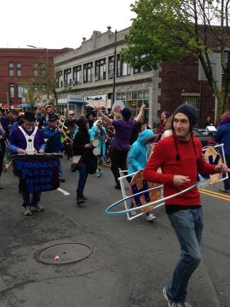 Hula hoop marcher.